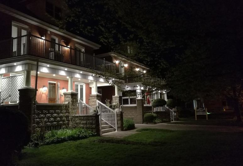 Ambassador's Inn Next Door, Stratford, Fachada del hotel de noche