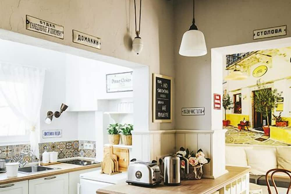 Τρίκλινο Δωμάτιο, Κοινόχρηστο Μπάνιο - Κοινόχρηστος εξοπλισμός κουζίνας