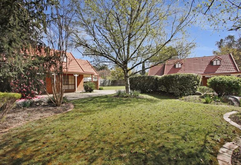 Oak Cottage - Tudor Village Unit 5, Bright, Property Grounds