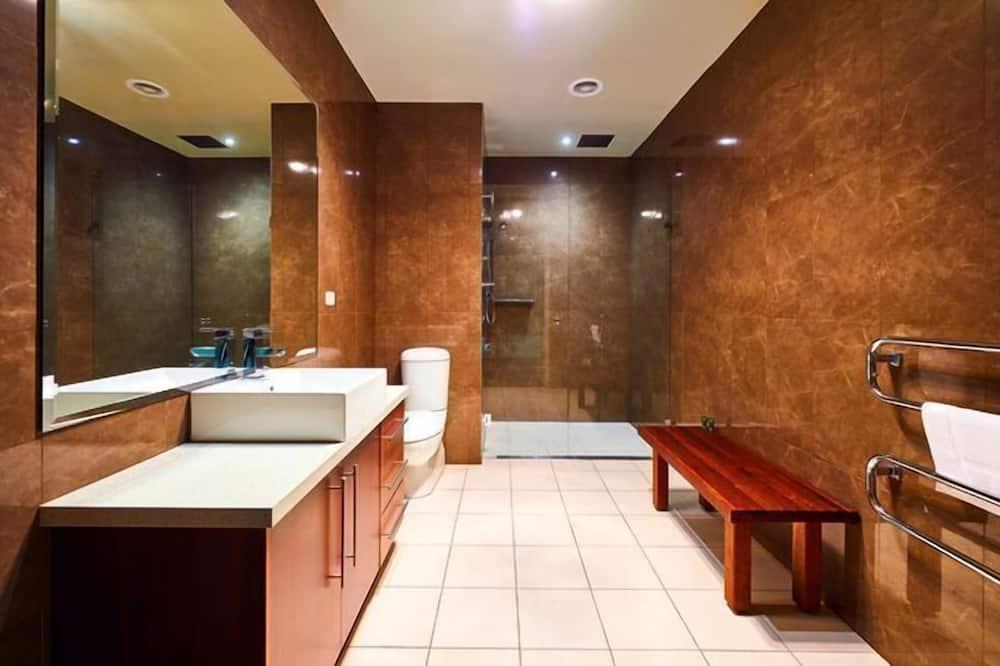 Namas mieste, 2 miegamieji - Vonios kambarys