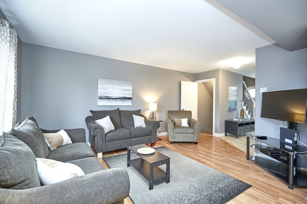 House, 5 Bedrooms (5C) - Living Room