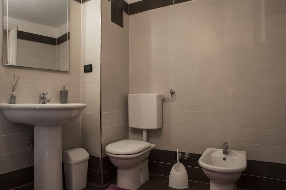 Double or Twin Room, 1 Queen Bed - Bathroom