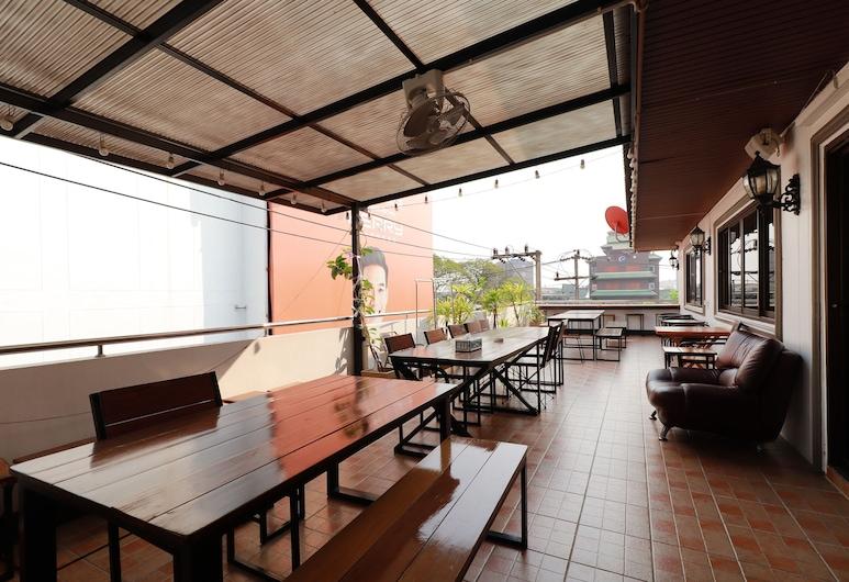 OYO 531 Le Light House & Hostel, Chiang Mai, Terrasse/patio