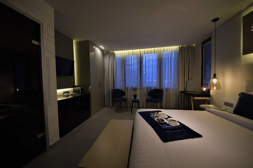 Pagerinto tipo numeris, 1 labai didelė dvigulė lova, dalinis vaizdas į jūrą (Prince) - Vakarienės kambaryje