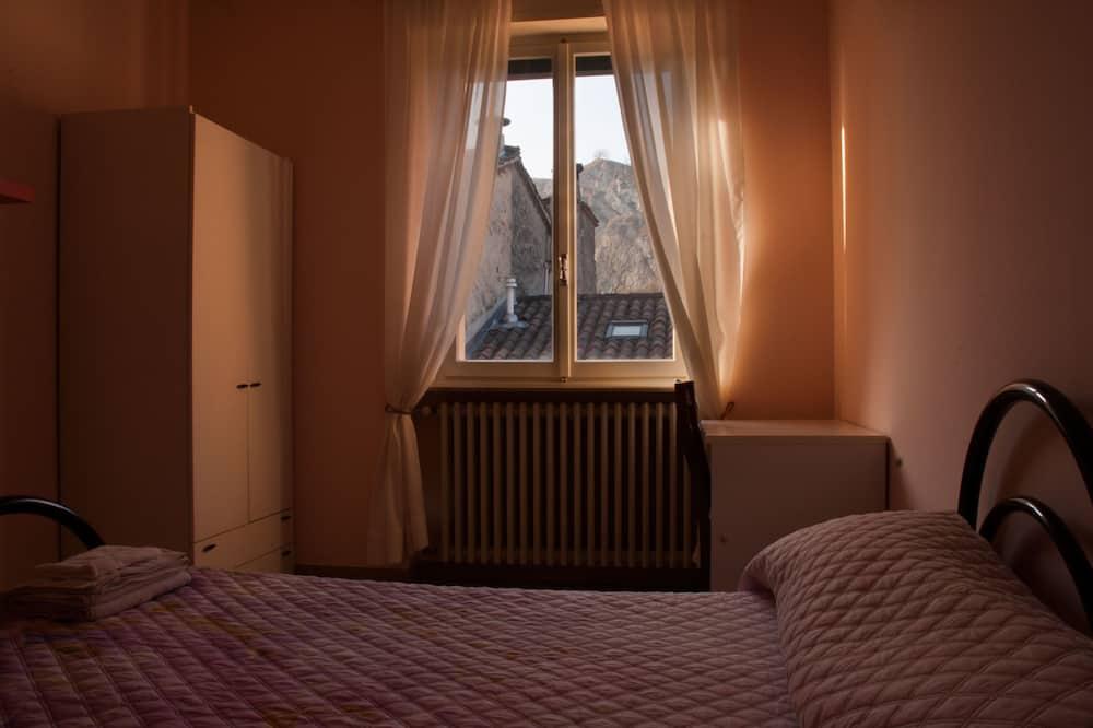 Kambarys (1 dvigulė / 2 viengulės lovos), iš miegamojo pasiekiamas vonios kambarys - Svečių kambarys