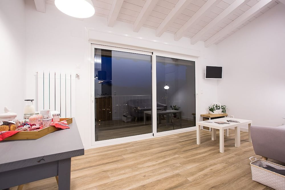 Design Studio, 1 Double Bed, Balcony, Valley View (Larrosa) - Living Area