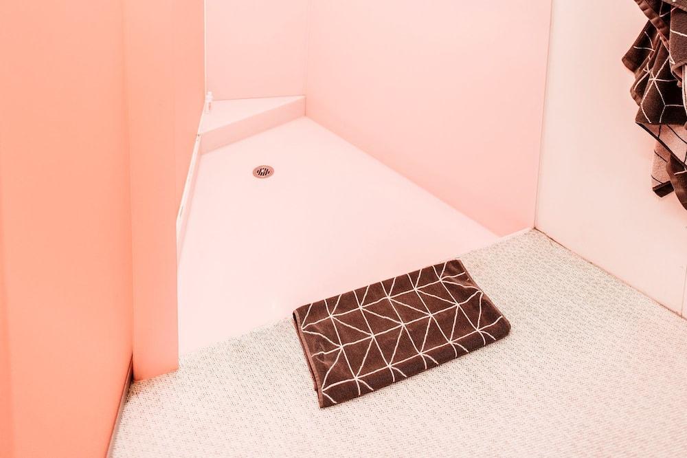 Liukso klasės numeris, 1 didelė dvigulė lova, sūkurinė vonia - Vonios kambarys