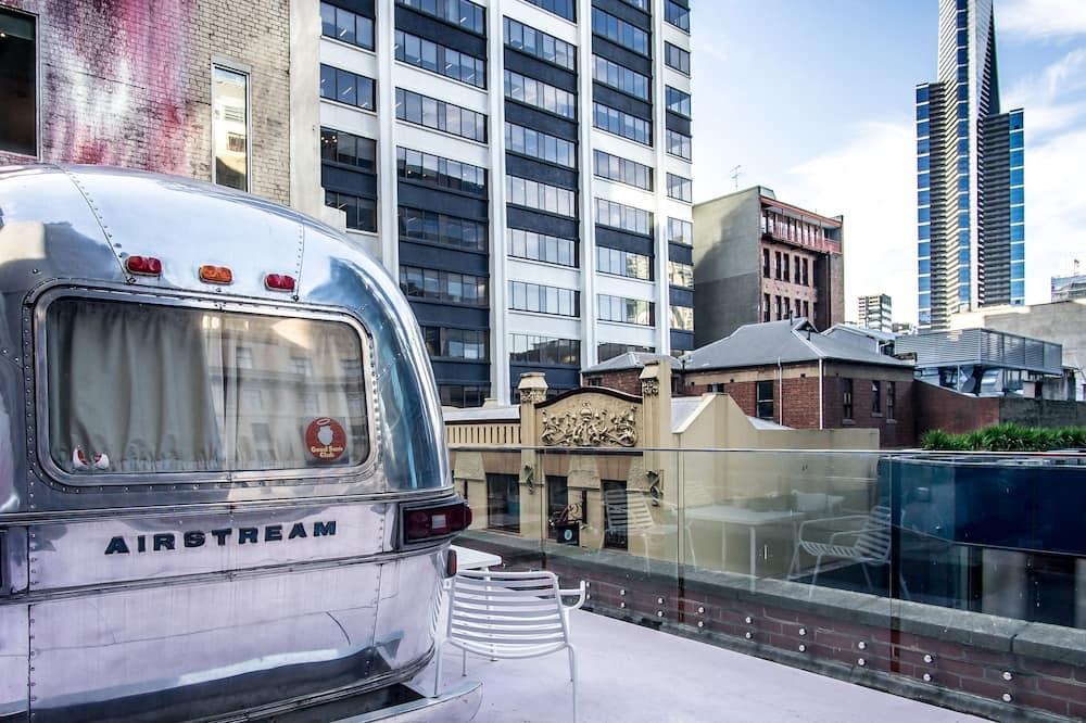 Liukso klasės numeris, 1 didelė dvigulė lova, sūkurinė vonia - Vaizdas į miestą