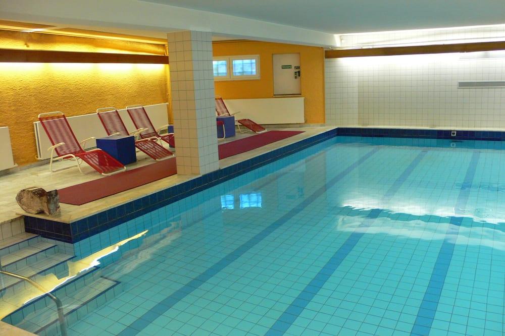 Úzky bazén s plaveckou dráhou