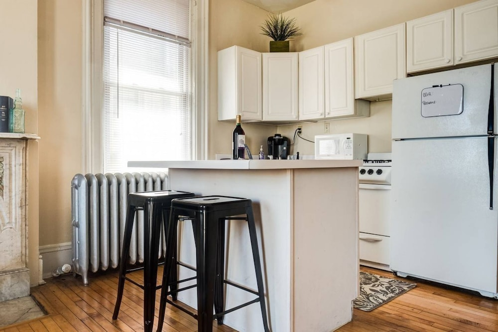 Sunny One Bedroom Apartment With Patio, Milwaukee, City Apartment, 1 Bedroom,  Patio