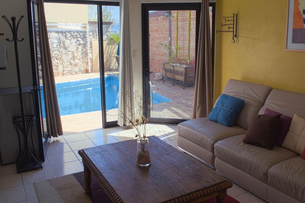 Kambarys su patogumais, 1 didelė dvigulė lova ir 1 sofa-lova, prie baseino - Svetainės zona