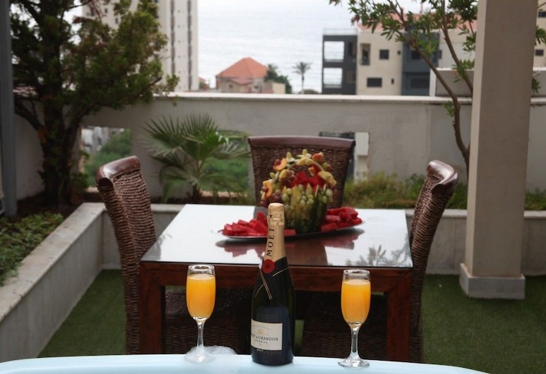 Doll's By Voodoo Hotel , Jounieh, Executive suite with Jacuzzi balcony and sea view, Terrasse/patio