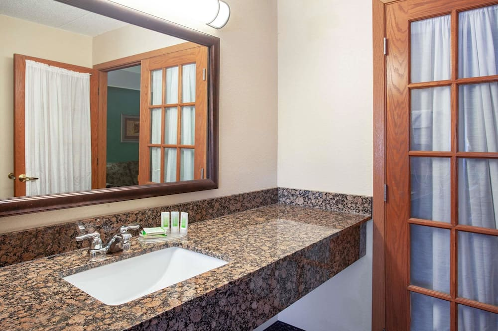 Superior Suite, 1 King Bed, Non Smoking (One-Bedroom Suite) - Bathroom