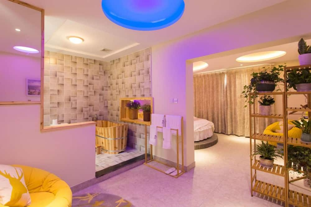 7-201 Romantic Room - Living Area