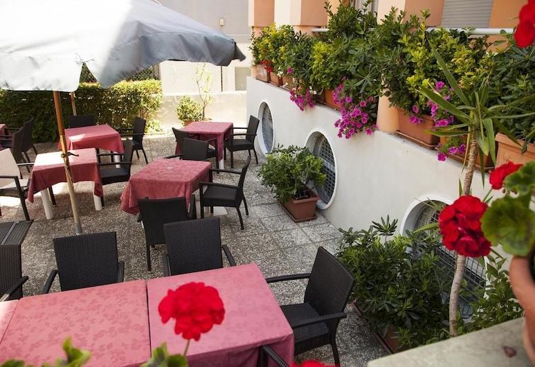 Hotel Blumen, Pesaro, Terassi/patio