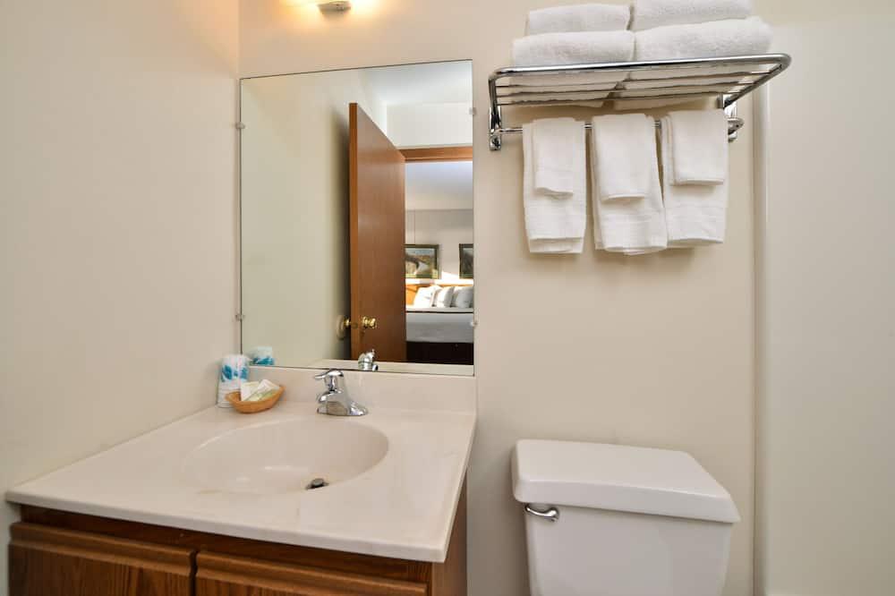 Phòng Economy, Nhiều giường, Tủ lạnh & Lò vi sóng, Quang cảnh sông - Phòng tắm