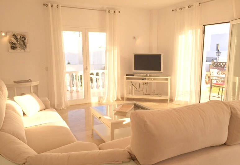Villa With 3 Bedrooms in Marbella, With Wonderful sea View, Private Pool, Terrace - 150 m From the Beach, Marbella, Woonkamer