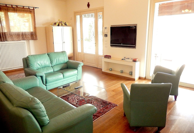 Villa With 4 Bedrooms in Centinarola, With Wonderful sea View, Private Pool, Enclosed Garden - 3 km From the Beach, Fano, סלון