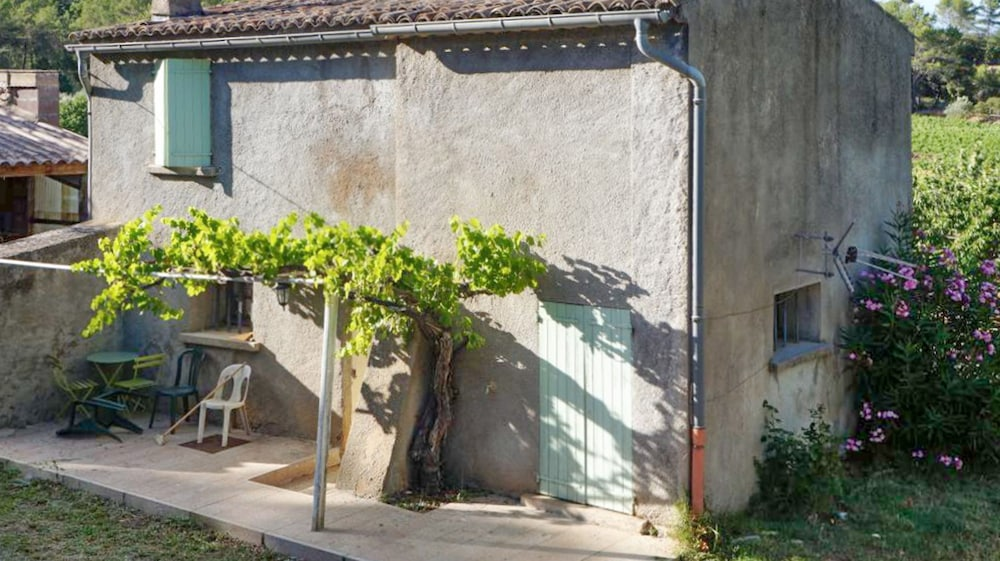 Swimming pool garden  Spacious, 2-bedroom House in Taradeau With a Shared Swimming Pool ...