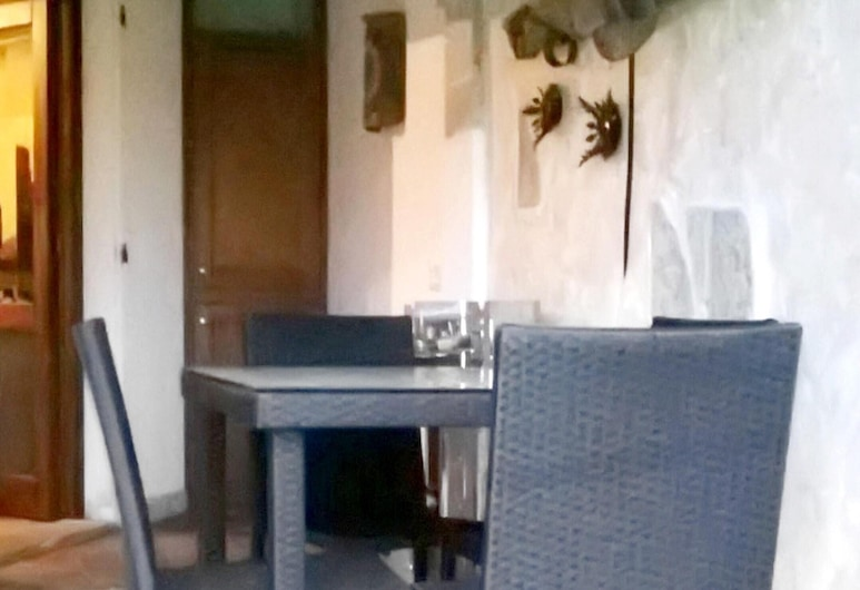 Apartment With 2 Bedrooms in Olbia, With Wonderful sea View and Enclosed Garden - 6 km From the Beach, Olbia, Terrace/Patio