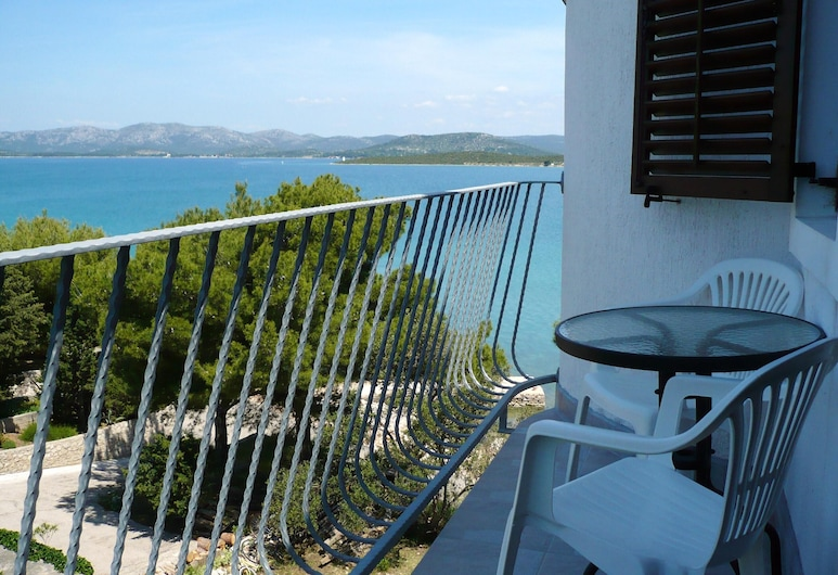 Studio in Betina, With Wonderful sea View, Furnished Garden and Wifi, Tisno