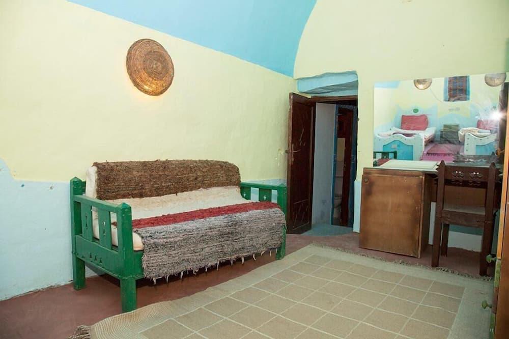 Szoba kétszemélyes ággyal, fürdőszobával - Nappali rész