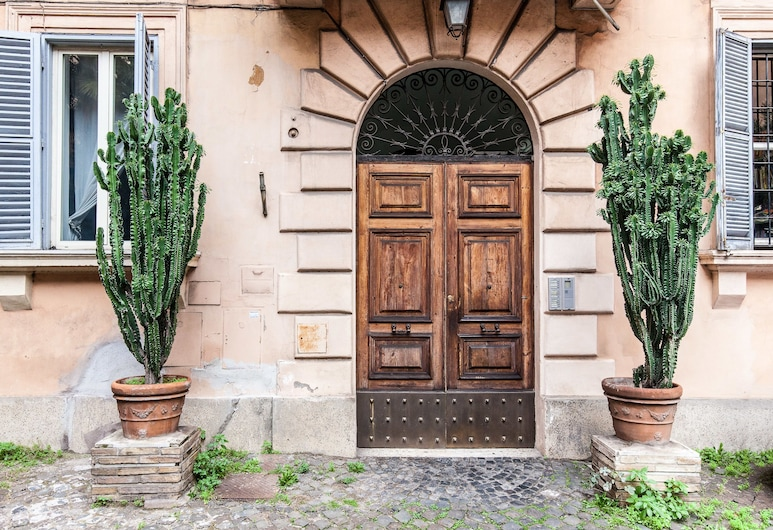 Garden House, Rome, Property entrance