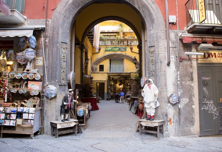 Palazzo Mormando, Naples, Bagian luar