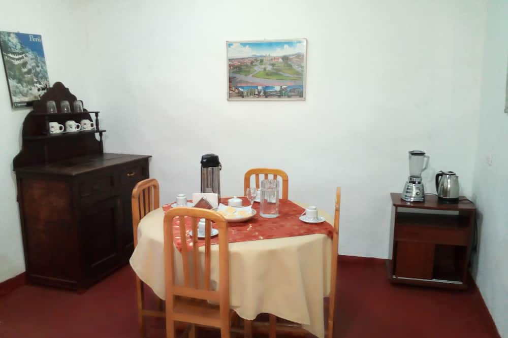 منزل - غرفة نوم واحدة - تناول الطعام داخل الغرفة