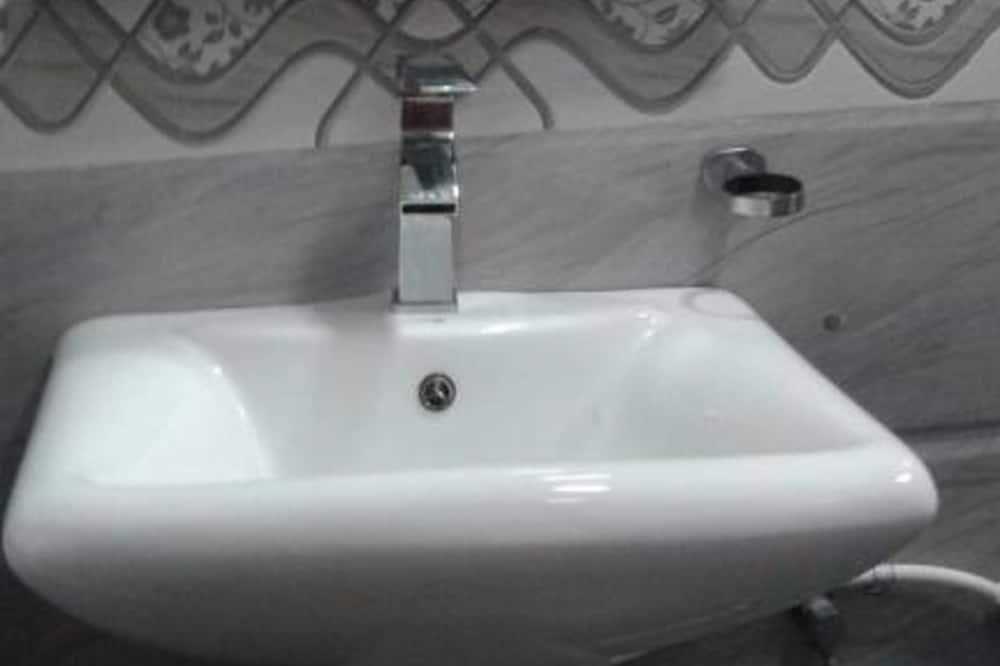 Double Room, 1 Queen Bed, Private Bathroom, City View - Bathroom