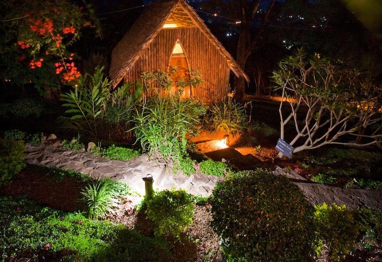 Karama Lodge & Spa, Arusha, Front obiektu – wieczór