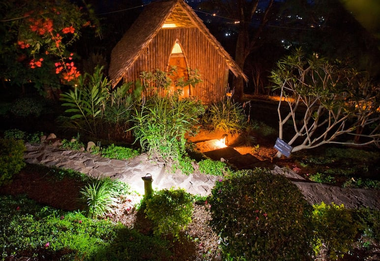 Karama Lodge & Spa, Aruša, Apgyvendinimo įstaigos fasadas vakare
