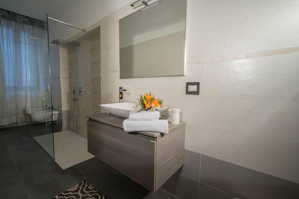 Triple Room (Leonardo) - Bathroom