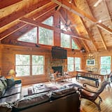 Fun-packed 3br - Hot Tub, Game Room 3 Bedroom Cabin
