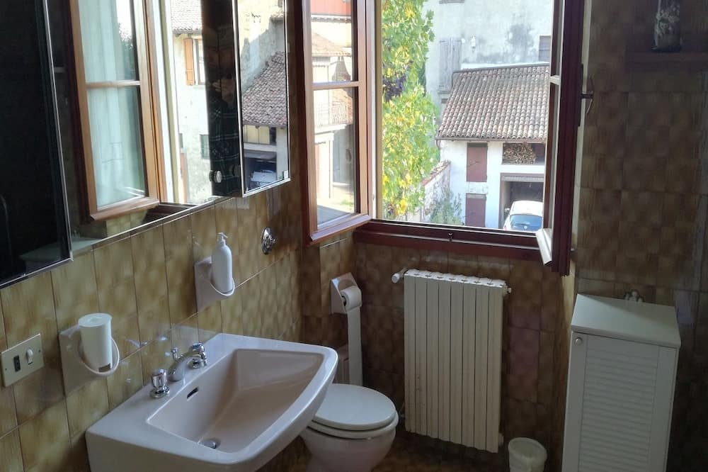 Eenvoudige tweepersoonskamer, privébadkamer - Badkamer