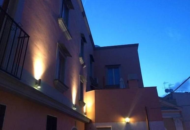 Il Borghetto Apartments & Rooms, Procida, Facciata della struttura di sera