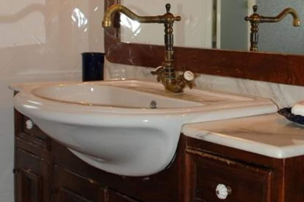 Quarto Triplo - Lavatório na Casa de Banho