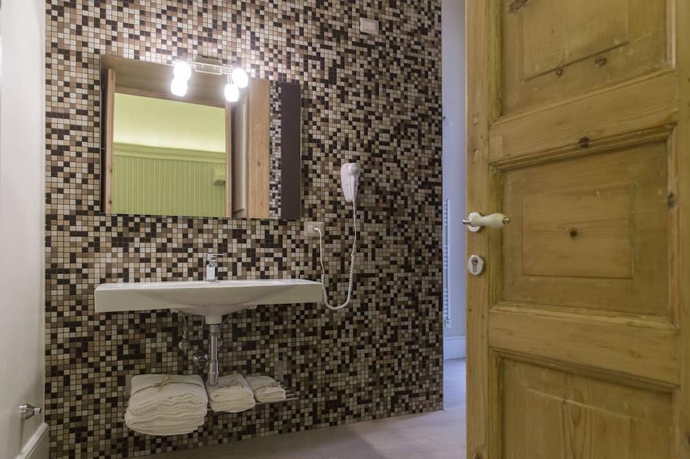Kambarys (1 dvigulė / 2 viengulės lovos) su patogumais, 1 miegamasis (Suite Pendile) - Vonios kambarys