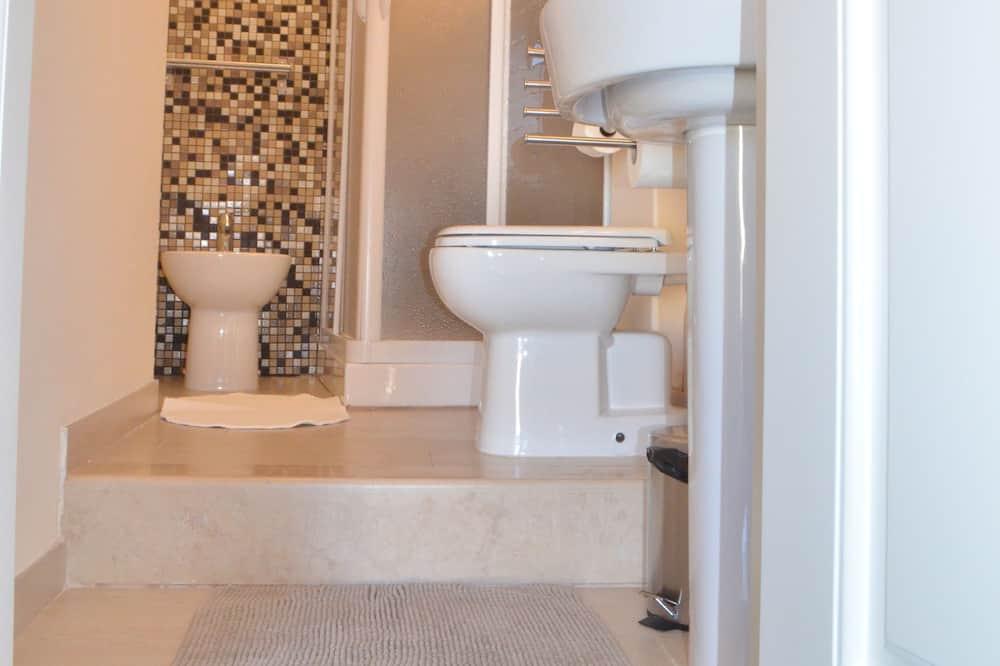 Apartamentai su pagrindiniais patogumais, Kelios lovos (PortaNova) - Vonios kambarys