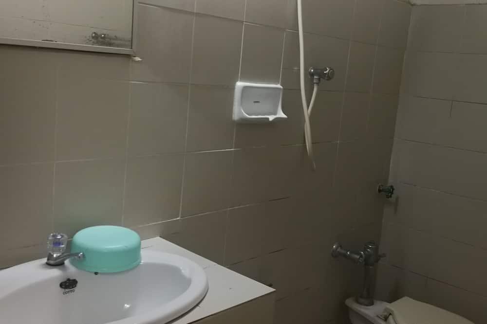 Budget Twin Room with Fan - Bathroom