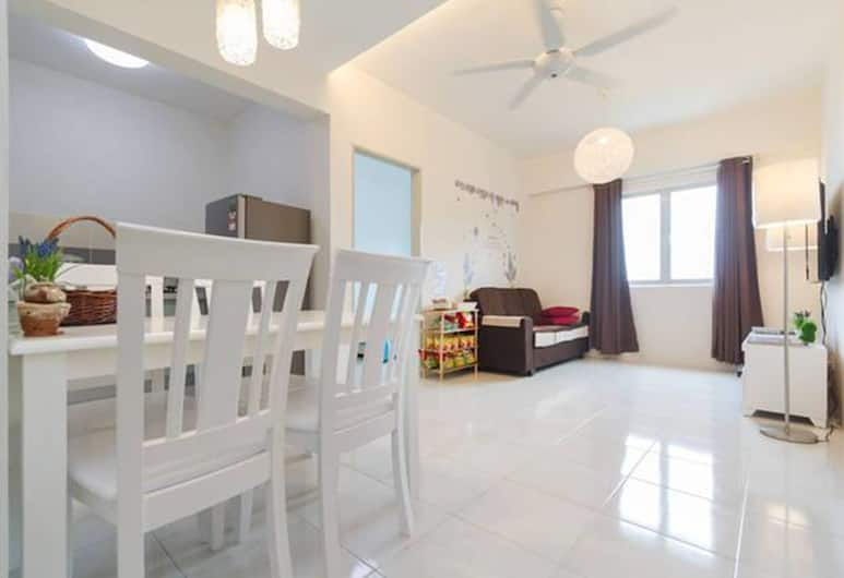 Erskine Holiday Home Near Gurney, George Town, 3-Bedroom Apartment, Living Room