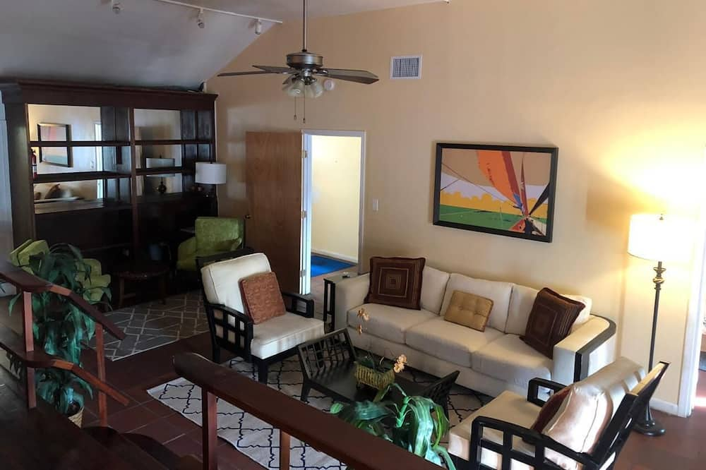 City Apartment, 3 Bedrooms, Kitchen, City View - Ruang Tamu