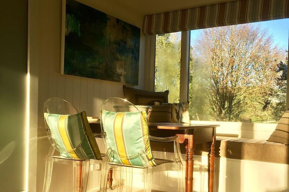 Luxury Loft, 1 Queen Bed, Garden View - In-Room Dining