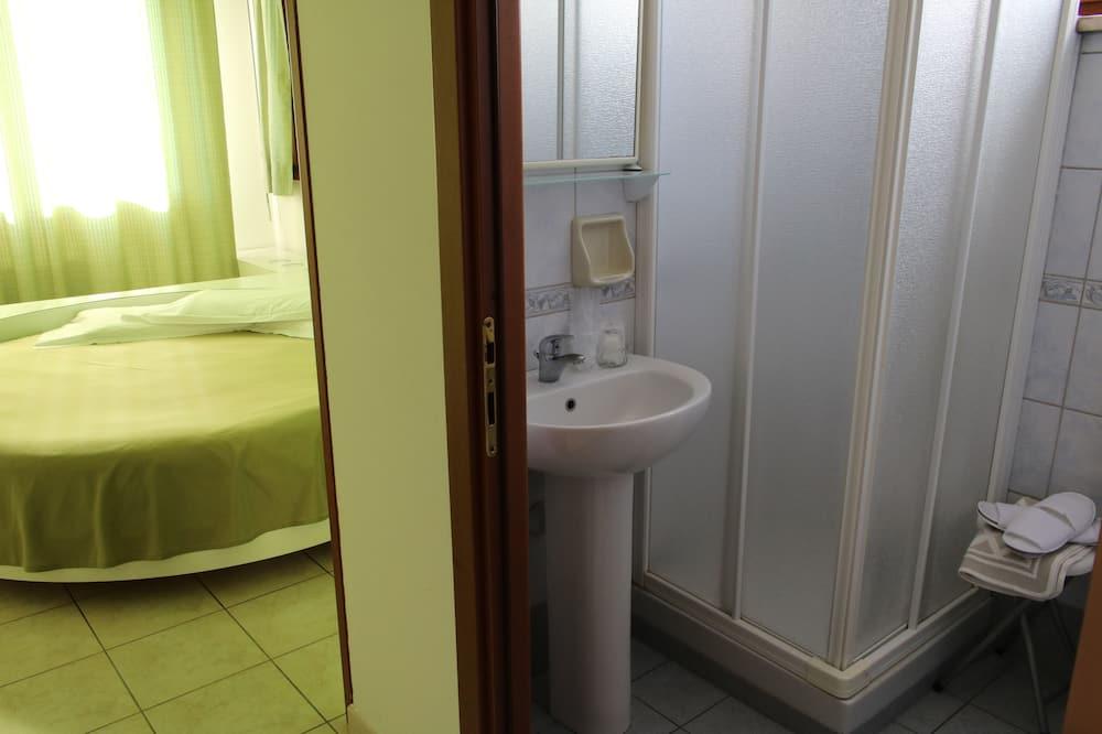 Traditional Double Room, 1 Queen Bed, Non Smoking, Ensuite - Bathroom