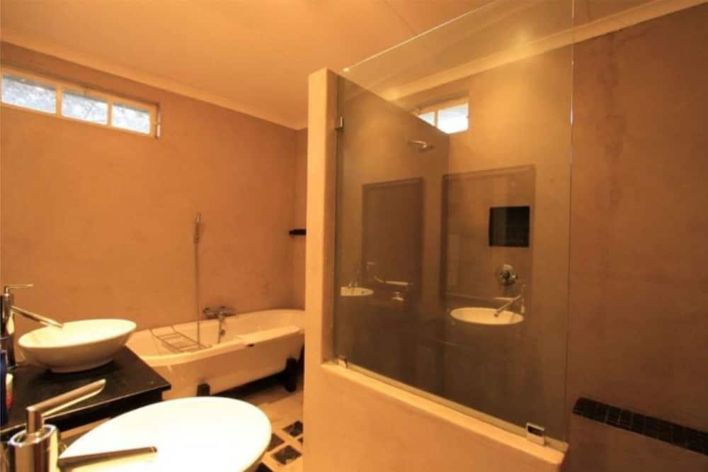 Phòng Deluxe, 1 giường cỡ king, Không hút thuốc, Quang cảnh hồ bơi - Phòng tắm