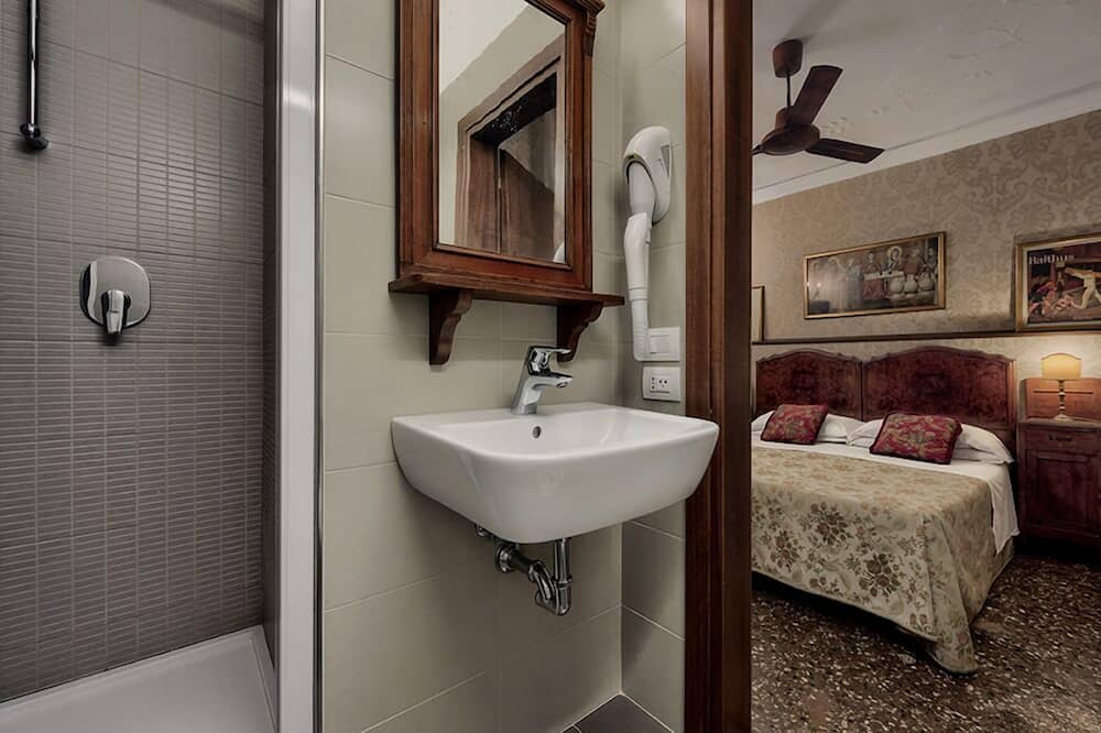 Deluxe Double or Twin Room, Canal View - Bathroom