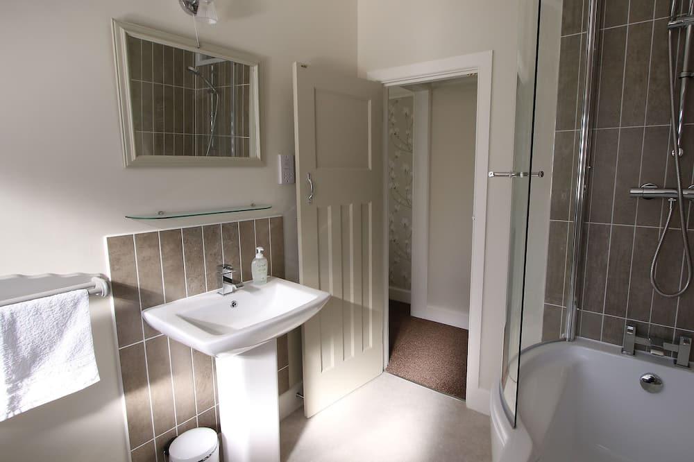 Kamar Double atau Twin Superior, ensuite (Shower over Bath) - Kamar mandi