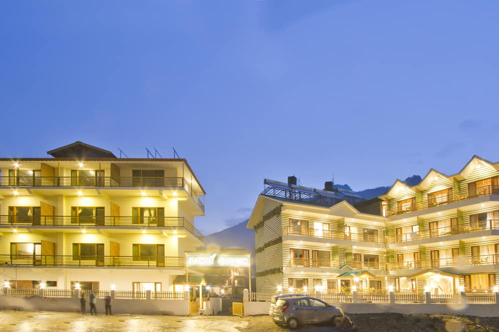 Hotellin julkisivu illalla/yöllä