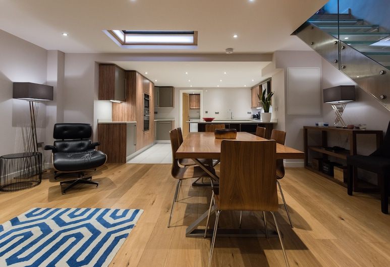 The Escalier Mews - Stunning 3BDR Mews Home Flooded with Natural Light, London, In-Room Dining