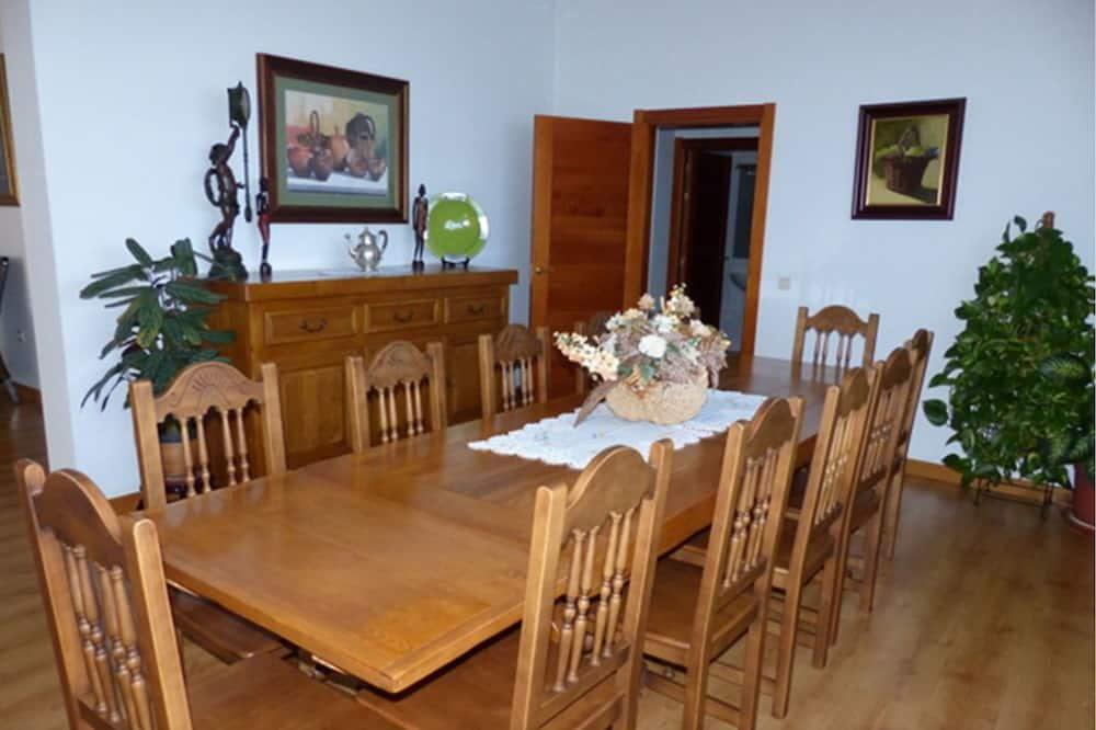 شقة - ٥ غرف نوم - بمسبح خاص - تناول الطعام داخل الغرفة